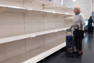 wanita lansia melihat rak kosong harus beralih ke e-commerce